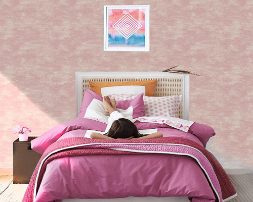 کاغذ ديوراي صورتي در اتاق خواب