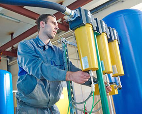 تکنسین در حال راه اندازی دستگاه رسوب زدای مغناطیسی