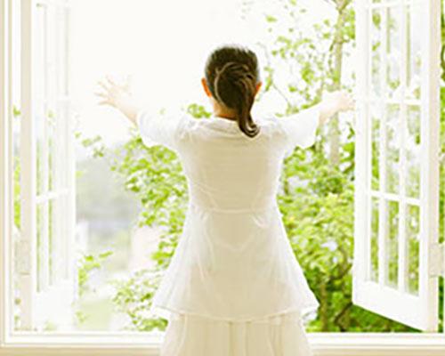 یک خانمی که پنجره آلومینیومی دوجداره رو باز می کند و مناظر زیبا را تماشا می کند