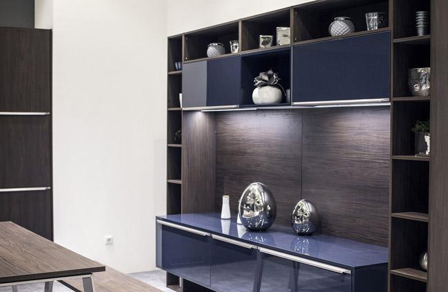 نورپردازی آشپزخانه متصل به نشیمن با چراغ های LED نواری هماهنگ