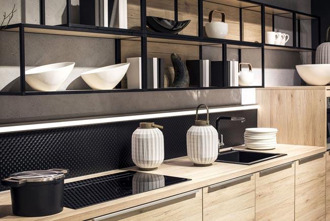 آشپزخانه با قفسه های چوبی فلزی و سینک و اجاق گاز مشکی