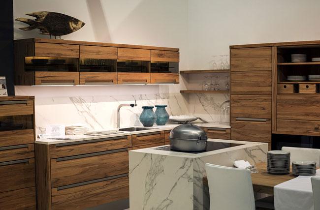 آشپزخانه با کابینت های چوبی که زیر کابینت ها با چراغ ال ای دی نواری روشن شده است