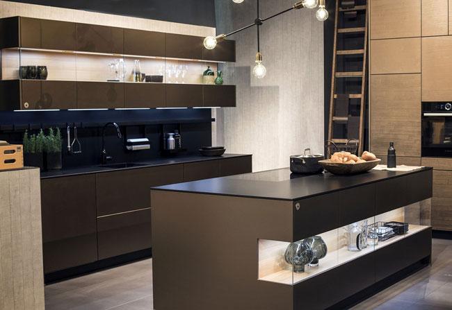نورپردازی آشپزخانه با کابینت های شیشه ای