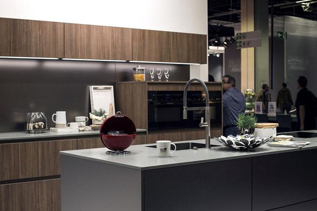 نورپردازی آشپزخانه با چراغ ال ای دی نواری در زیر کابینت های آشپزخانه