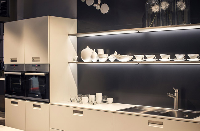 کاربرد چراغ های led نواری زیر قفسه ها برای نورپردازی سینک آشپزخانه