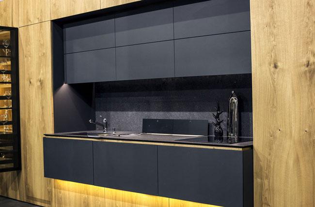 نورپردازی آشپزخانه با دیوار های چوبی و کابینت های مشکی