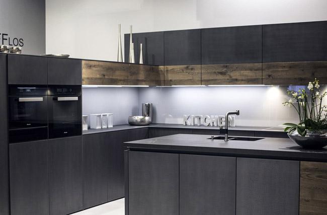 آشپزخانه مدرن که ترکیبی از خاکستری و چوبی است