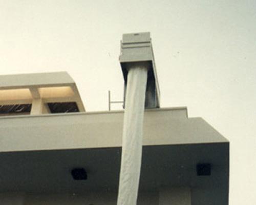 شوت نجات نصب شده در بام ساختمان