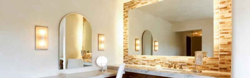 آینه با قاب کاشی کاری در حمام و چراغ های متنوع