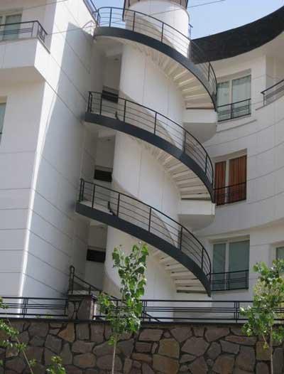 راه پله گرد دکوراتيو دو محور باکس بين طبقات در بيرون ساختمان