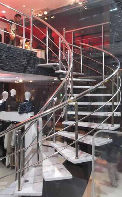 راه پله دکوراتيو تک محور خود ايستا در لباس فروشي