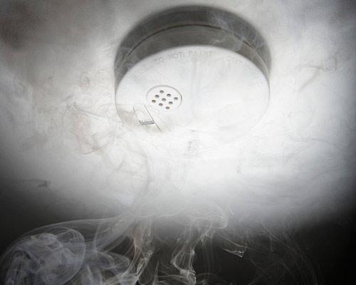 دتکتور دود که بخشی از سیستم اعلام حریق می باشد در حال شناسايیی دود در محیط است