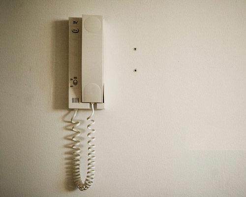 یکی از انواع درب باز کن برقی ، آیفون صوتی می باشد که در این تصویر به نمایش گذاشته شده است