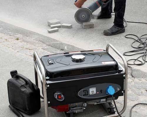 فردی در حال استفاده از موتور برق جهت تامین برق مورد نياز ابزار خود می باشد