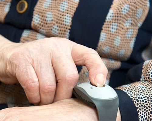 یکی از انواع کاربرد درب باز کن برقی داشتن صفحه کليد بی سیم و متحرک برای افراد سالمند و معلولین است