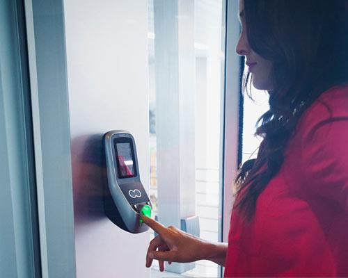 نوع پیشرفته تری از درب باز کن برقی که مجهز به سیستم تطبیق اثر انگشت می باشد.