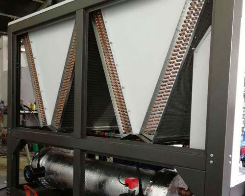 نمایی از کندانسور هوا خنک در ساخت چیلر با کمپرسور ضربه ای