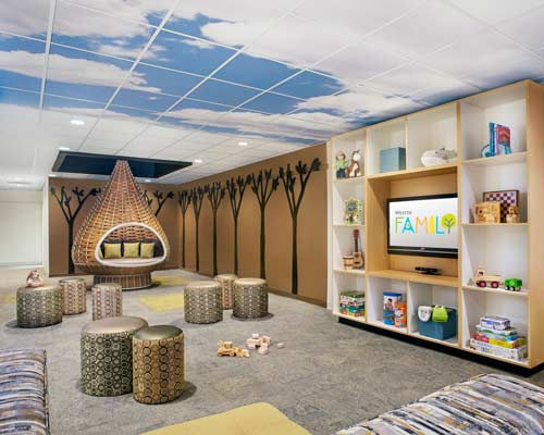 سقف کاذب طرح دار در نشیمن ساختمان برای بلندتر جلوه دادن سقف