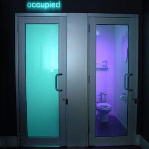 شیشه هوشمند مات شونده رنگی در سرویس بهداشتی