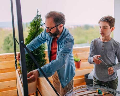 ساخت روف گاردن و اجرای بام سبز توسط پدر و پسر