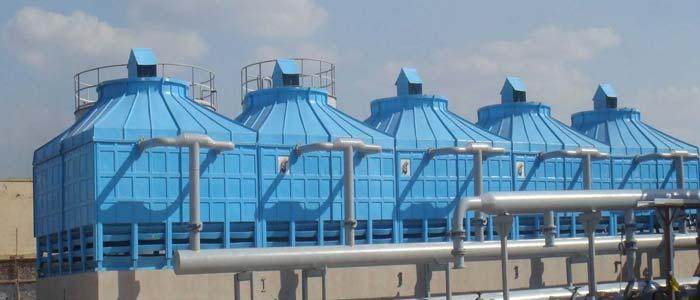 برج خنک کن فایبرگلاس وظیفه حذف گرمای سیستم و انتقال آن به محیط را دارد که عمده این انتقال حرارت و ایجاد برودت از طریق تبخیر آب رخ می دهد و بخش کمتری از آن از طری انتقال حرارت بین آب و هوا رخ می دهد.