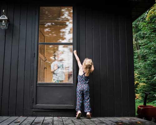 دختر بچه ای که در حال باز کردن درب منزل می باشد.