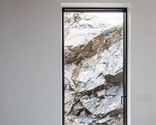 درب شیشه ای سکوریت برای دسترسی به بیرون