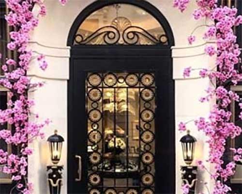 درب ورودی با گل و گیا فراوان