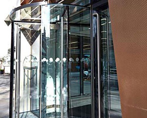 درب شیشه ای گردان در ورودی فروشگاه