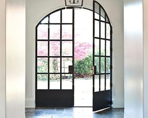 ترکیب فلز و شیشه برای در ورودی به حیاط داخلی