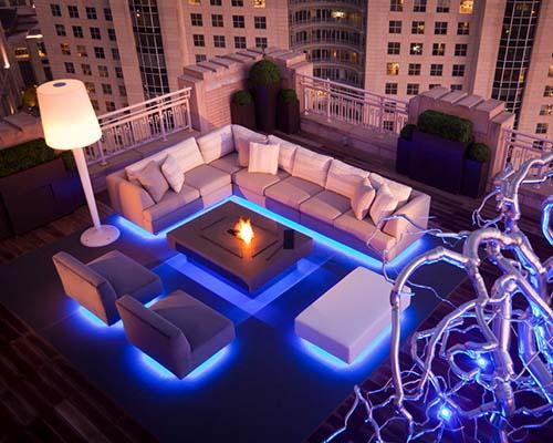 استفاده از ریسه ال ای دی در نورپردازی فضای خارجی و مبل سفید و ساختمان سفید