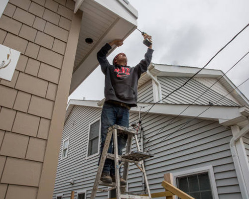 یک کارگر در حال نصب عایق ساختمان می باشد