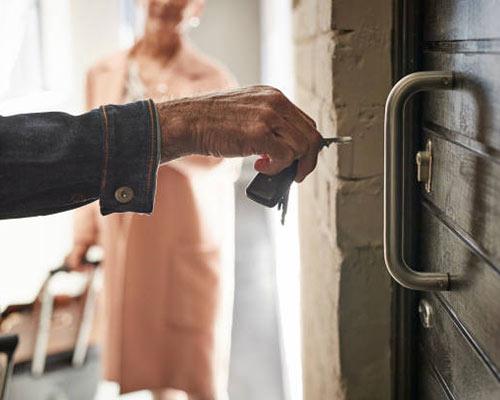 قفل درب که باید توسط کلید باز شود و امنیت خانه را تامین می کند
