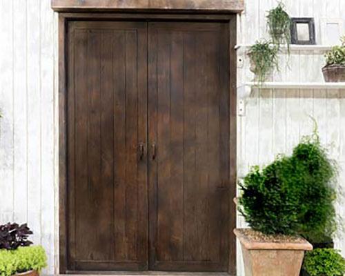 درب چوبی در فضای بیرون معرفی انواع درب ساختمان