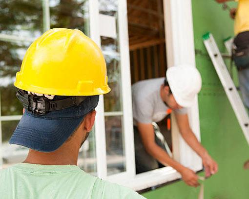 کارگران به نصب و تعمیر پنجره دو جداره مشغول می باشند