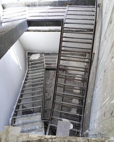 پله خطی مطابق با خط های پلان و زاویه دار