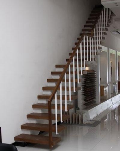 استفاده از راه پله خطی چوبی به صورت کنسولی