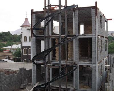 اتصال پله دو محوری گرد تیرآهنی با جوش به تیرآهن سقف در خارج از ساختمان
