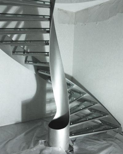 استفاده از ترکیب استیل و شیشه در پله مرکزی