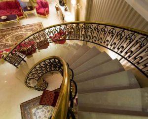 پله کلاسیک گرد از جنس سنگ با نرده شیک
