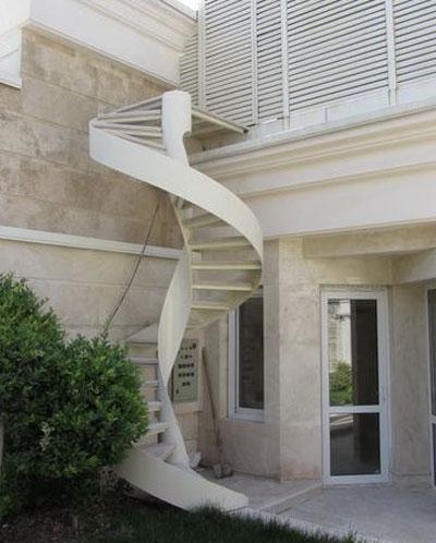 استفاده از پله گرد محور مرکزی در فضای بیرونی
