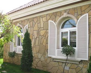 پنجره قوس دار دارای سایبان در ویلا