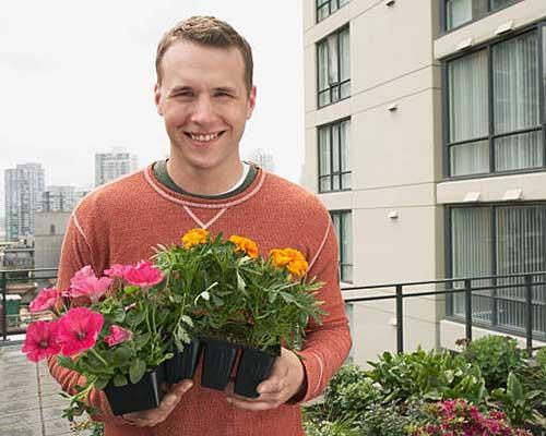 روف گاردن بسیار زیبا دارای گلدان های متنوع