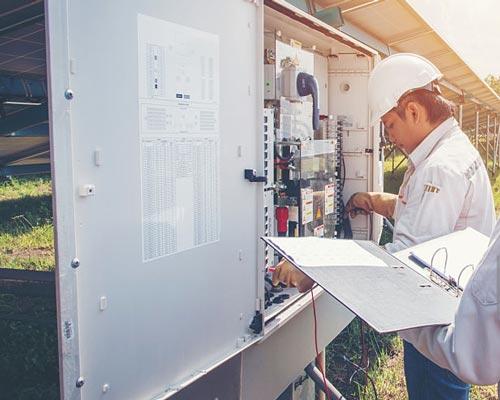 جعبه ترکیبی نیروگاه برق خورشیدی در کنار پنل های خورشیدی