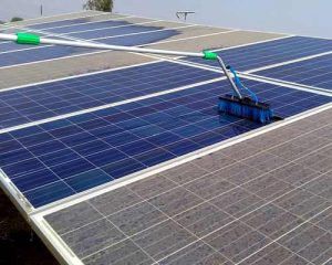 تمیز کردن پنل های خورشیدی بر روی سقف خانه