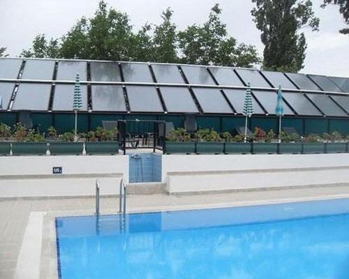 سیستم خورشیدی استخر و پنل خورشیدی و درخت سبز