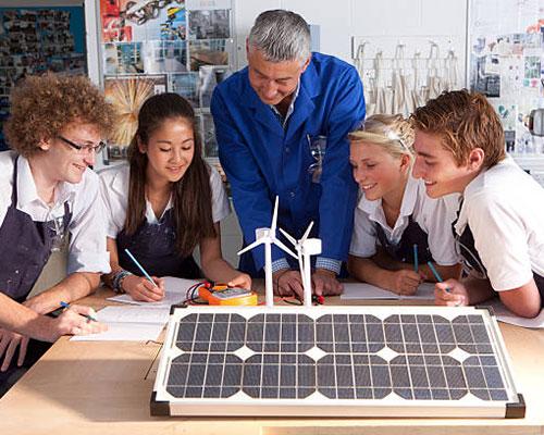 کلکتور خورشیدی و دو زن و سه مرد