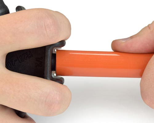 کالیبر لوله پنج لایه را در لوله کرد و آن را دو یا سه بار بچرخانید تا سطح داخلی آن تراش بخورد