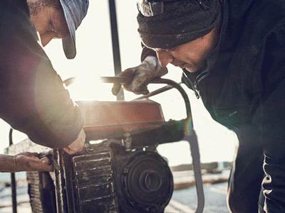ژنراتور برق گازسوز در حال بازبینی توسط عاملین مجاز شرکت
