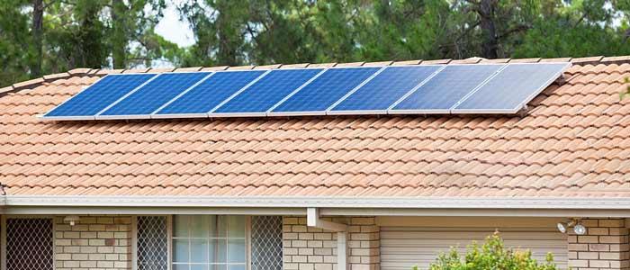 نصب پنل خورشیدی بر روی بام خانه